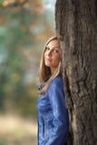 女孩大橡木突出结构树 库存图片