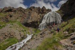 女孩大镰刀的瀑布在Elbrus地区的山的 库存照片