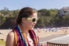 女孩太阳镜毛巾海滩 免版税库存照片