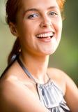 女孩头发的愉快的可爱的户外红色微&# 库存图片