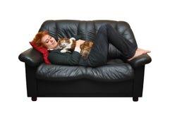 女孩头发的放置的红色沙发 库存照片
