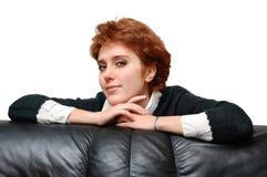 女孩头发的最近的纵向红色沙发 免版税库存图片