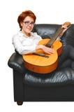 女孩头发的红色坐的沙发 免版税库存照片