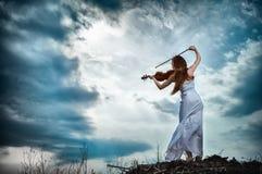 女孩头发的红色小提琴 库存图片