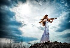 女孩头发的红色小提琴 库存照片