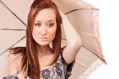 女孩头发的红色玫瑰色伞wihh 免版税库存图片