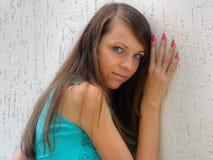 女孩头发的长的年轻人 免版税库存照片