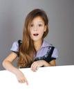 女孩头发的长的纵向惊奇的年轻人 免版税库存照片