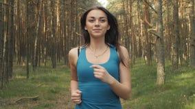女孩奔跑和微笑 影视素材