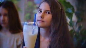 女孩奶昔在咖啡馆慢动作录影坐的儿童饮料 股票录像