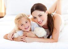女孩她一点母亲纵向微笑 免版税库存图片