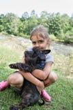 女孩她小的小狗 库存照片