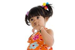 女孩她小的鼻子挑选 免版税库存图片