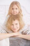 女孩她拥抱的妈妈 库存照片