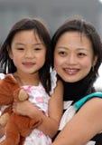 女孩她的妈妈 免版税库存图片