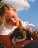 女孩她的宠物年轻人 免版税库存图片