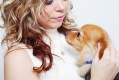 女孩她的宠物 图库摄影
