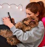 女孩她的宠物 免版税图库摄影