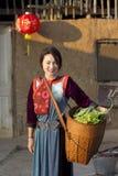 女孩她的小山lisu部落蔬菜 免版税图库摄影