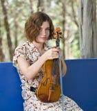 女孩她的小提琴 免版税库存图片