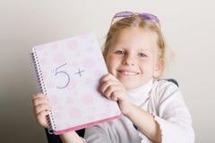 女孩她的显示微笑的年轻人的标记 库存图片