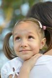 女孩她的母亲 免版税库存照片