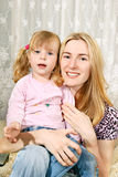 女孩她的膝盖小母亲 免版税库存图片