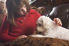 女孩她的马尔他小狗年轻人 免版税库存图片