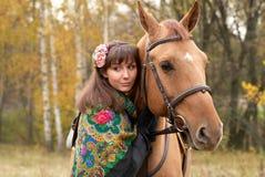 女孩她的马年轻人 库存图片