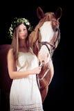 女孩她的马年轻人 免版税库存照片