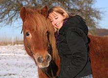 女孩她的马islandic年轻人 免版税库存照片