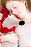 女孩她的鼠标休眠嫩玩具年轻人 免版税库存照片