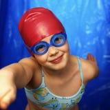 女孩如何了解游泳 免版税库存照片