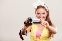 女孩妇女摄制的愉快的别针与摄象机 免版税库存图片
