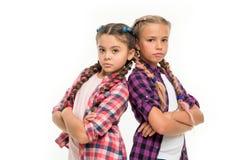 女孩姐妹站立确信地支持 友谊支持和信任妇女团体目标 姐妹一起隔绝了 库存照片