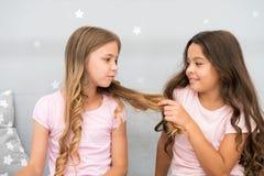 女孩姐妹花费宜人的时间在卧室沟通 有的好处姐妹 令人敬畏的津贴有姐妹 免版税库存照片
