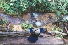 女孩孤独在河边 免版税图库摄影