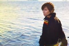 女孩孤独在海运 免版税图库摄影