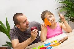 女孩学会字母表 免版税库存图片