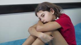 女孩孩子儿童悲伤站立在床上的墙壁拥抱膝盖拥抱户内她自己附近的寂寞消沉 影视素材