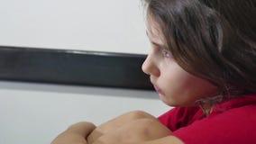 女孩孩子儿童站立在床消沉的墙壁拥抱膝盖拥抱户内她自己附近的悲伤寂寞 影视素材