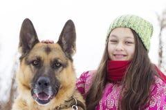 女孩孩子和狗 免版税图库摄影