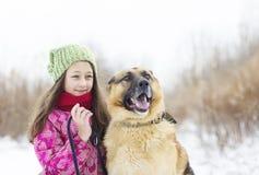 女孩孩子和狗 免版税库存图片