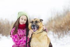 女孩孩子和狗 免版税库存照片