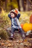 女孩孩子在秋天森林里 库存照片