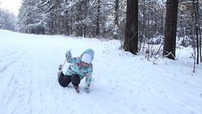 女孩孩子学会滑雪 在秋天以后起来 她在软的新鲜的雪的滑雪慢慢地滑 在的美好的天 股票视频
