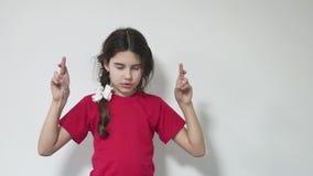 女孩孩子让与为好运但愿的身分担心 女孩孩子做愿望运气 影视素材
