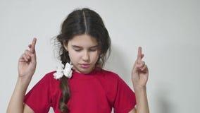 女孩孩子让与为好运但愿的身分担心 女孩孩子做运气愿望 影视素材