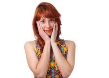 女孩安排轻微的微笑在她的面孔和激发 年轻红头发人w 图库摄影