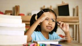 女孩完成了她的家庭作业并且关闭了笔 股票录像